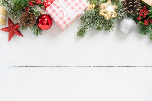 Bovenaanzicht van kerstboom en kerstmis & nieuwjaarsvakantie geschenkdoos