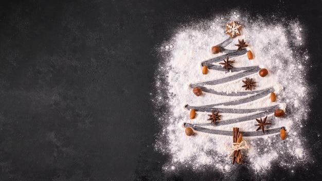 Bovenaanzicht van kerstboomvorm met bloem en en kopieer de ruimte