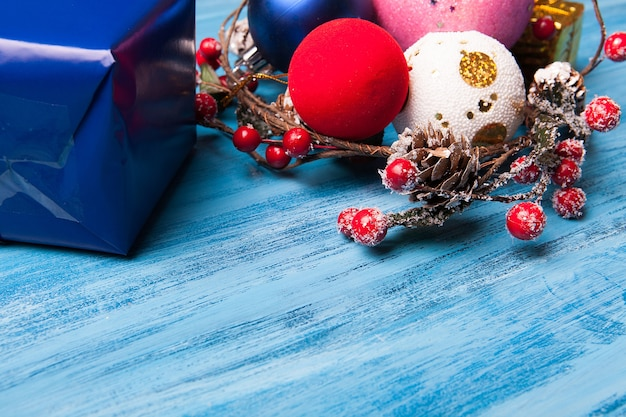 Bovenaanzicht van kerstcadeau en decoratie over blauwe houten achtergrond. vrolijk kerstfeest