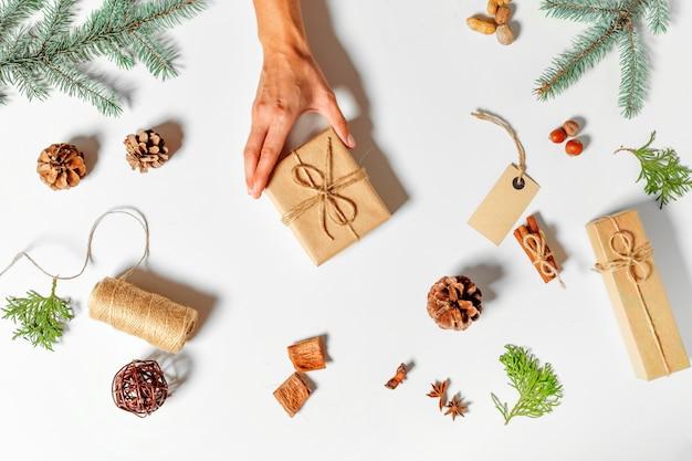 Bovenaanzicht van kerstcadeau verpakt in ambacht en ingericht
