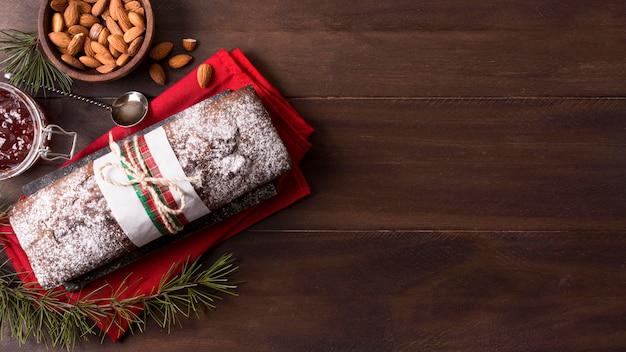 Bovenaanzicht van kerstcake met amandelen en kopie ruimte