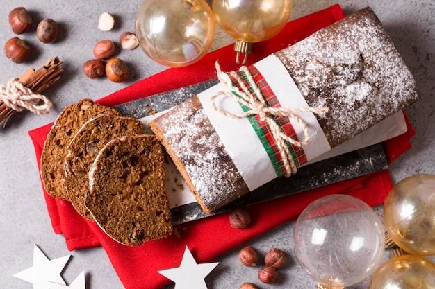 Bovenaanzicht van kerstcake met bollen en kaneelstokjes