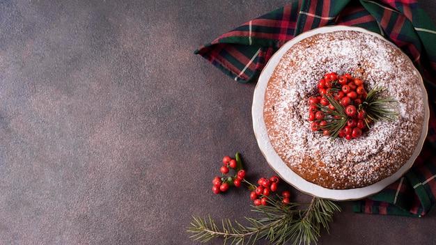 Bovenaanzicht van kerstcake met kopie ruimte en rode bessen