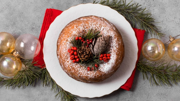 Bovenaanzicht van kerstcake met rode bessen
