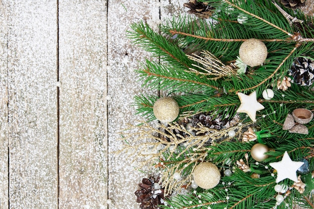 Bovenaanzicht van kerstdecor van grenen, kralen en sneeuwvlokken