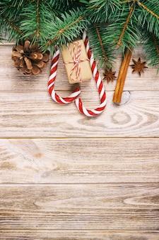 Bovenaanzicht van kerstdecoratie met cadeau, snoep stokken en anijs