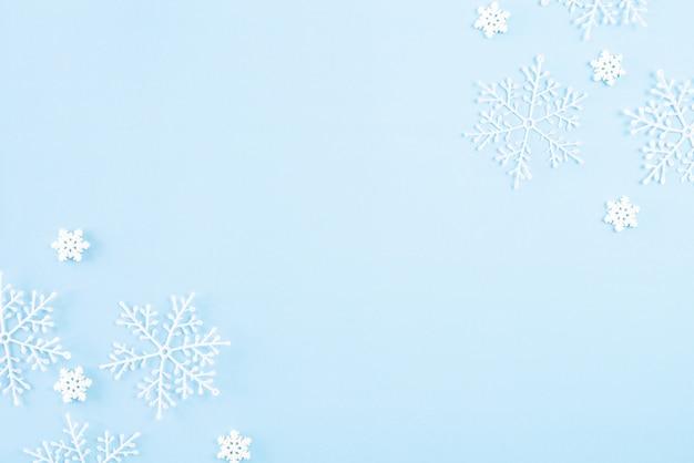 Bovenaanzicht van kerstdecoratie op blauwe achtergrond.