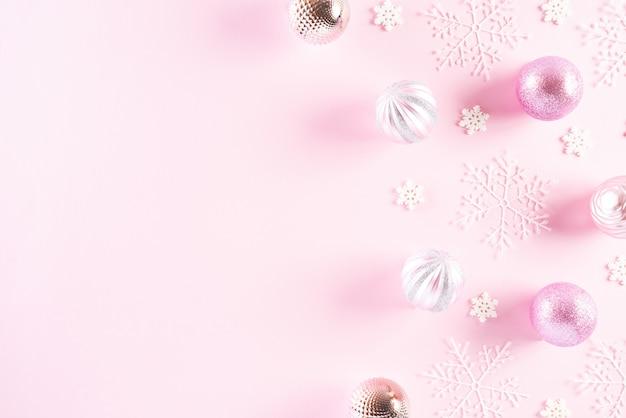 Bovenaanzicht van kerstdecoratie op roze achtergrond.