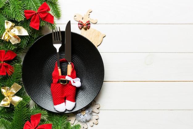 Bovenaanzicht van kerstdiner op houten oppervlak