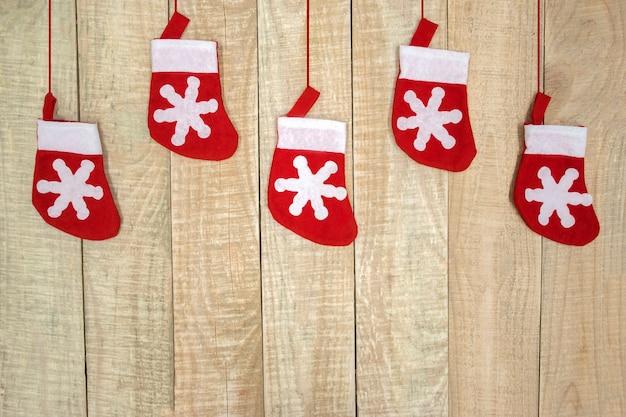 Bovenaanzicht van kerstkousen op houten achtergrond