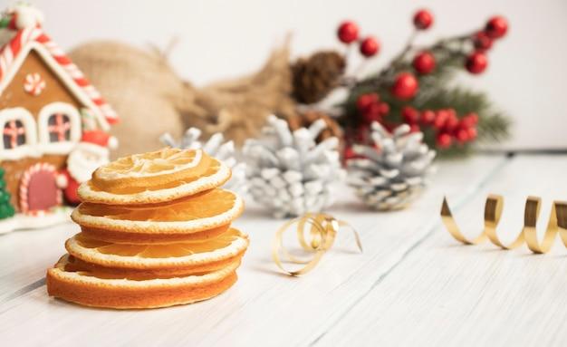 Bovenaanzicht van kerstkruiden op houten achtergrond met dennentakken en kopie ruimte