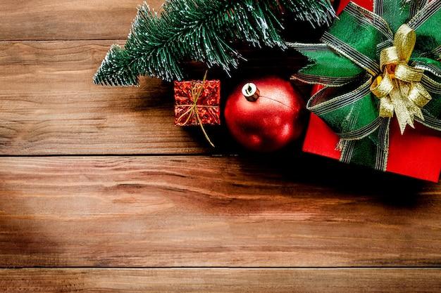 Bovenaanzicht van kerstmis achtergrond met ornamenten en geschenkdozen op de oude houten bord.