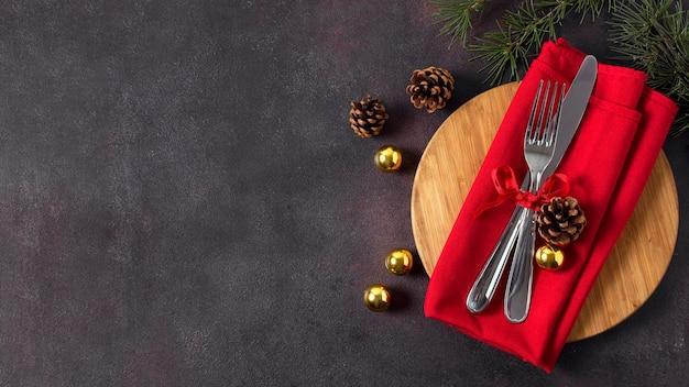 Bovenaanzicht van kersttafel arrangement met bestek en kopie ruimte