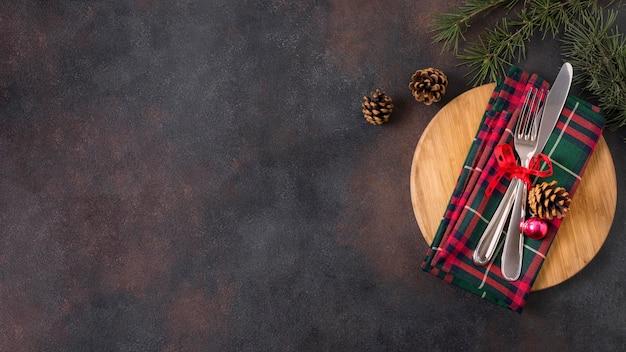Bovenaanzicht van kersttafel arrangement met dennenappels en kopie ruimte