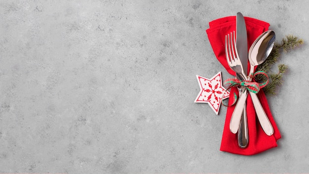 Bovenaanzicht van kersttafel arrangement met kopie ruimte en bestek