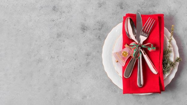 Bovenaanzicht van kersttafel arrangement met kopie ruimte en plaat