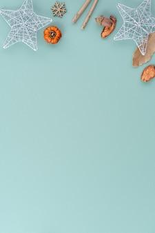 Bovenaanzicht van kerstvakantie decoratie ornament samenstelling met kerstboom cadeau ster peperkoek man plat lag met kopie ruimte geïsoleerd