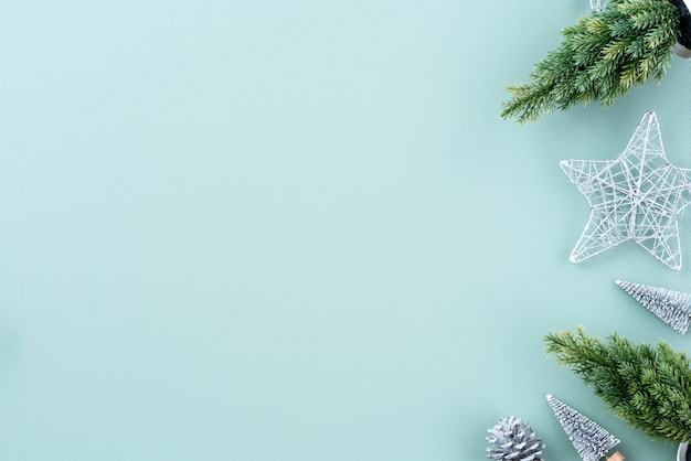 Bovenaanzicht van kerstvakantie decoratie ornament samenstelling met kerstboom cadeau ster peperkoek man plat leggen met kopie ruimte geïsoleerd op groene achtergrond