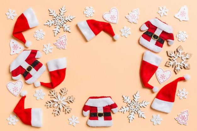 Bovenaanzicht van kerstversiering en kerstmutsen op oranje.