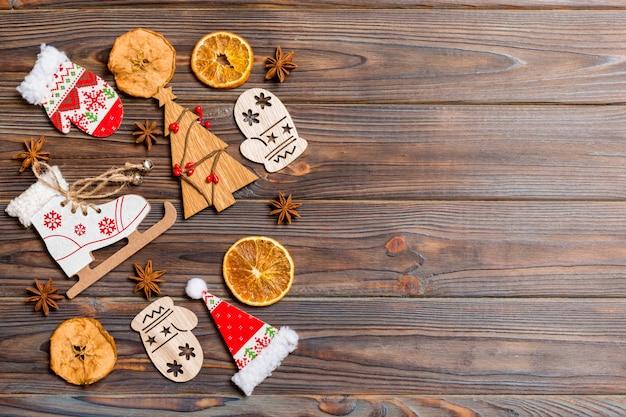 Bovenaanzicht van kerstversiering en speelgoed op houten achtergrond. kopieer ruimte. lege ruimte voor uw ontwerp. nieuwjaar concept