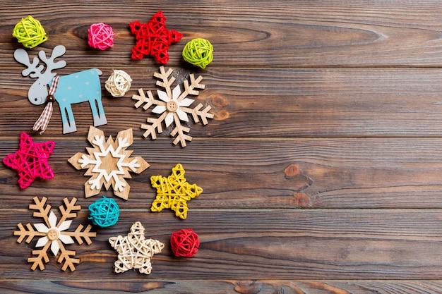 Bovenaanzicht van kerstversiering en speelgoed op houten achtergrond. kopieer ruimte. lege ruimte voor uw ontwerp.