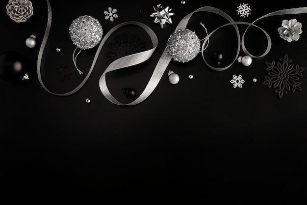Bovenaanzicht van kerstversiering met lint en kopieer de ruimte