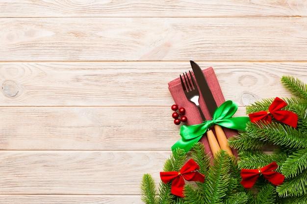 Bovenaanzicht van kerstversiering op hout