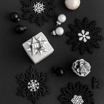 Bovenaanzicht van kerstversieringen met cadeau en dennenappel