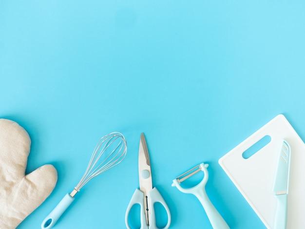 Bovenaanzicht van keuken kamer concept met keukengerei op blauwe tafel achtergrond.