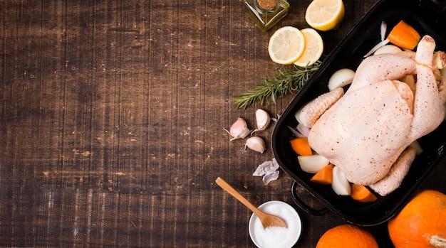 Bovenaanzicht van kip in pan voor thanksgiving met kopie ruimte