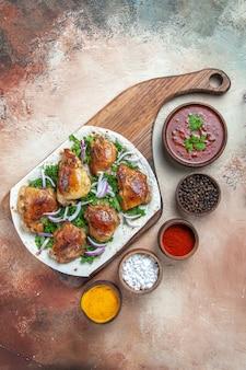 Bovenaanzicht van kip saus kleurrijke kruiden kip met kruiden op lavash op het bord