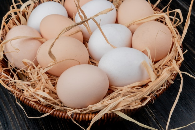 Bovenaanzicht van kippeneieren op nest op een houten achtergrond