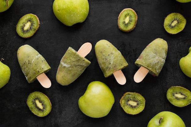 Bovenaanzicht van kiwi ijslollys met appels