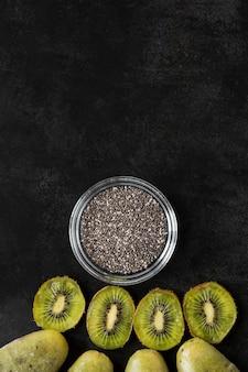Bovenaanzicht van kiwi ijslollys met maanzaad