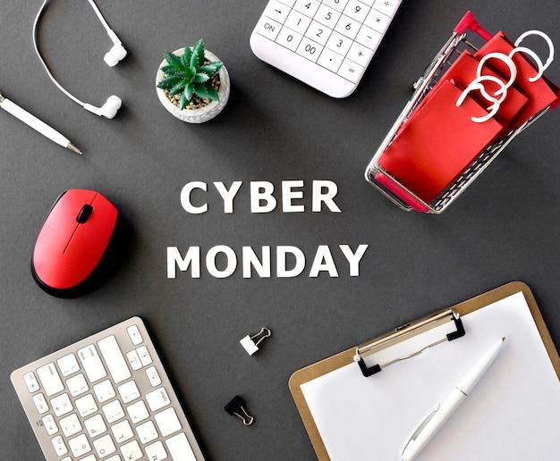 Bovenaanzicht van kladblok met winkelwagentje en rekenmachine voor cyber maandag