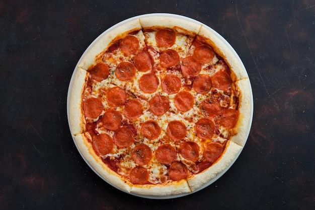 Bovenaanzicht van klassieke pepperoni pizza