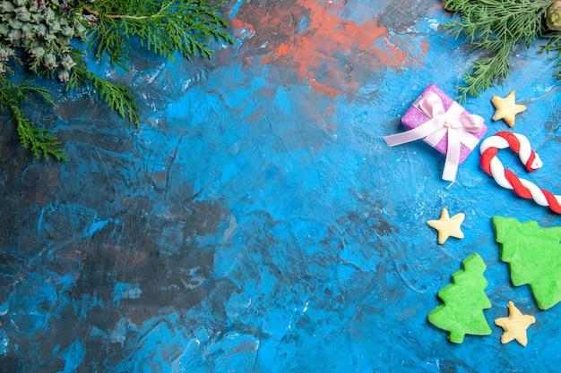 Bovenaanzicht van kleine boomfiguren op blauw oppervlak