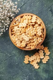 Bovenaanzicht van kleine gezouten crackers in kom