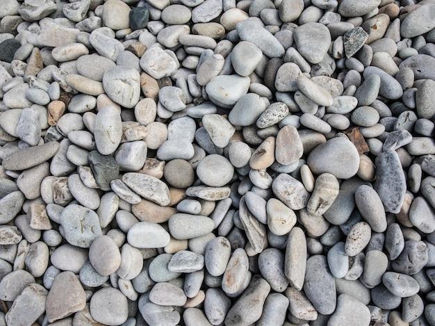 Bovenaanzicht van kleine kiezelstenen op het strand overdag