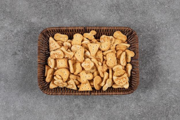Bovenaanzicht van kleine zelfgemaakte koekjes in de mand.
