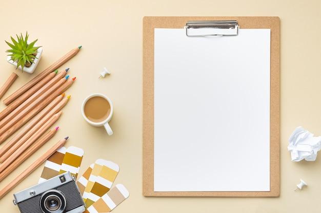 Bovenaanzicht van kleurenpalet voor huisrenovatie met klembord