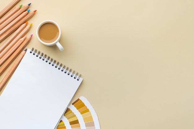 Bovenaanzicht van kleurenpalet voor huisrenovatie met notitieboekje en kopieerruimte
