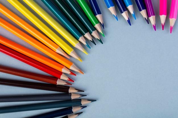 Bovenaanzicht van kleurpotloden gerangschikt op wit met kopie ruimte