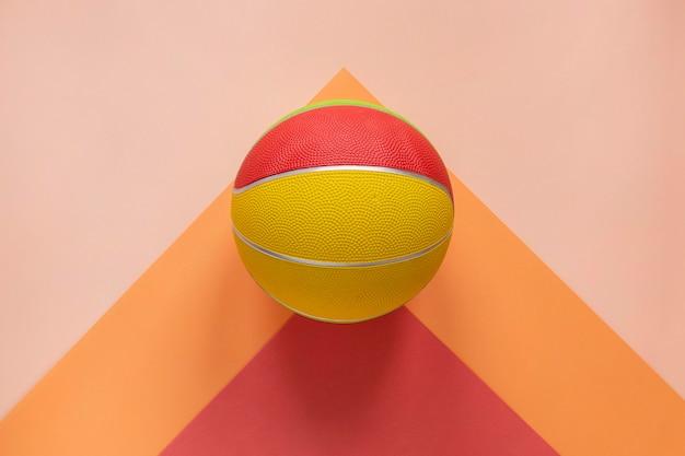 Bovenaanzicht van kleurrijke basketbal