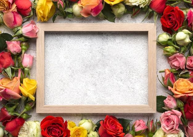 Bovenaanzicht van kleurrijke bloemen met leeg frame