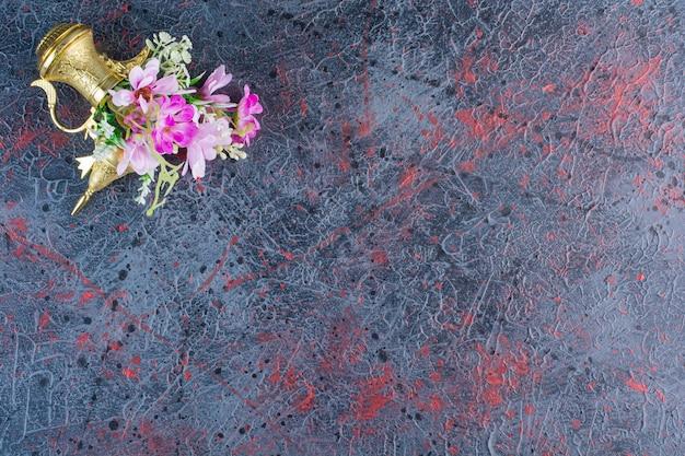 Bovenaanzicht van kleurrijke bloemen met mooie lamp op grijs