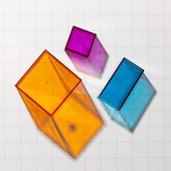 Bovenaanzicht van kleurrijke doorschijnende geometrische vormen