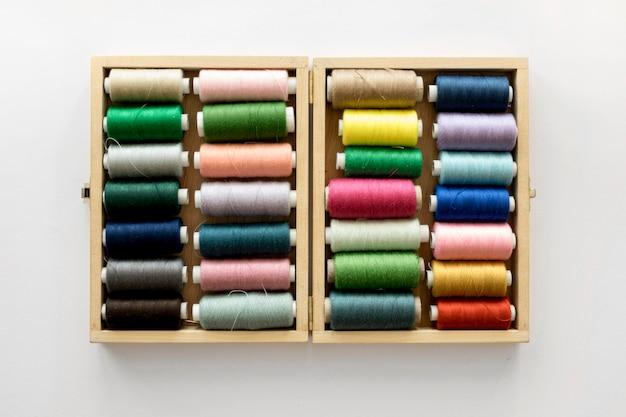 Bovenaanzicht van kleurrijke draadrollen
