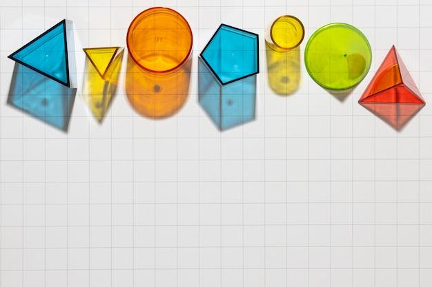 Bovenaanzicht van kleurrijke geometrische vormen met kopie ruimte