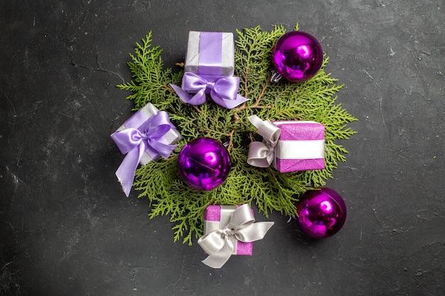 Bovenaanzicht van kleurrijke geschenken en decoratieaccessoires op donkere achtergrond
